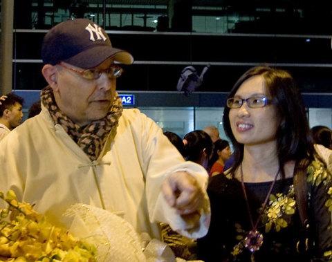 Dov Simens (trái) tại sân bay Tân Sơn Nhất, TP HCM vào tối 22/7.