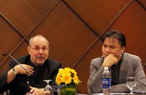 Dov Simens có lối giảng dạy trực diện, sinh động và hóm hỉnh. Trong ảnh: Dov (trái) trò chuyện tại buổi gặp gỡ báo giới TP HCM và các nhà làm phim vào ngày 24/7.