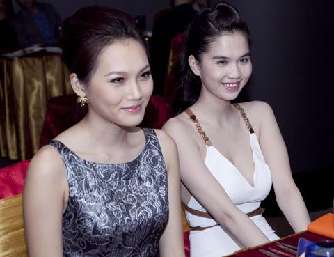 Ngọc Trinh sắp lên đường tham gia cuộc thi Hoa hậu quốc tế Việt Nam 2011 trong khi Ngọc Thạch đã có rất nhiều kinh nghiệm trong các cuộc thi nhan sắc khi tham gia cuộc thi Siêu mẫu 2010 và Ngọc Thạch luôn sẵn sàng chia sẻ kinh nghiệm với bạn mình.