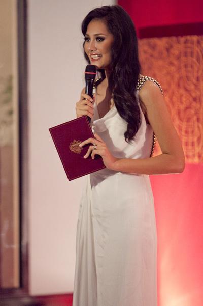 Hoa hậu Hương Giang làm người dẫn chương trình trong đêm tiệc. Với vẻ duyên dáng và xinh đẹp, cô chiếm được tình cảm của quan khách nước ngoài.Hoa hậu Nga và hai người đẹp trong hành trình làm từ thiện của họ.