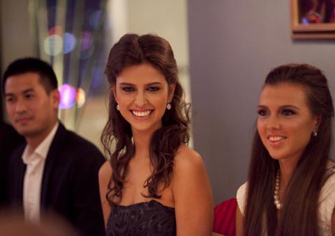 Hoa hậu Natalia Gantimurova tươi tắn rạng ngời xuất hiện. Cô gái hiện đang là sinh viên năm 3 chuyên ngành Quan hệ quốc tế này có một vẻ đẹp rất La tinh và có nụ cười rất quyến rũ.
