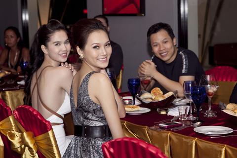 Giám đốc Vevus Vũ Khắc Tiệp (phài) hộ tống hai người đẹp đến đón tiếp hoa hậu Nga.