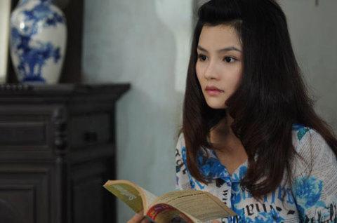 """Đông Quỳnh, cô phóng viên thử việc của báo """"Chuyện hằng ngày"""" mặc dù có tài năng và nhiệt tình nhưng những bài báo của cô chưa bao giờ được đăng lên. Một mình ở lại thành phố lập nghiệp sau khi tốt nghiệp báo chí, cô lại gặp hoàn cảnh bi thương: bị trộm xe máy, ở nhà thuê bị đồn có ma,…"""