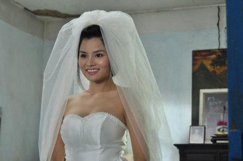 Đông Quỳnh rạng ngời trong ngày cưới.