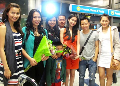 Đoàn Việt Nam tham dự cuộc thi Hoa hậu quốc tế Việt Nam được ban tổ chức đón tại sân bay.