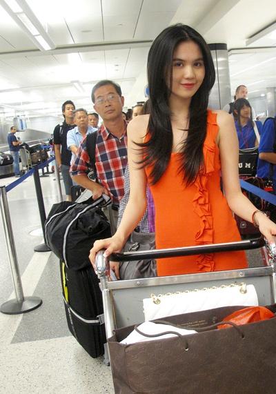 Ngọc Trinh đến sân bay với sức khỏe khá tốt. Cô cho biết thời tiết ở Mỹ vào ban đêm lạnh nhưng ban ngày thì giống Việt Nam.