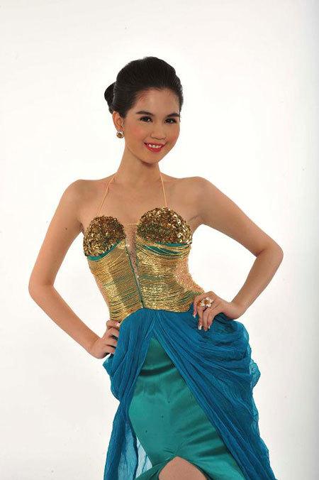 Năm 2005, cô đoạt giải Siêu mẫu ăn ảnh cuộc thi Siêu mẫu Việt Nam.