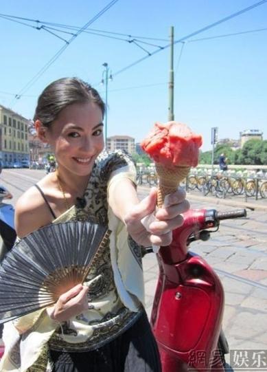 Trương Bá Chi thích thú khi mua một cây kem trên đường phố.