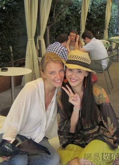 Cô chụp ảnh cùng người bạn Francesca trong một quán cafe.