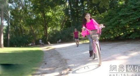 Bá Chi đạp xe trên những con đường đầy nắng ở Milan.
