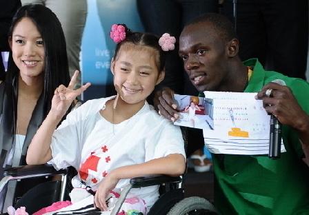 Trương Tử Lâm là người nhiệt tình với các hoạt động từ thiện. Trong ảnh là cô và Usain Bolt, một vận động viên điền kinh người Jamaica, trong một lần quyên góp cho Hội Chữ thập đỏ Trung Quốc vào năm 2008.