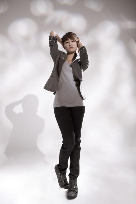 Linh Chi (1991, TP HCM) là thí sinh có cá tính mạnh mẽ nhất của 'Sáng bừng sức sống'. Không chỉ nổi bật với mái tóc ngắn như con trai, Linh Chi còn sở hữu giọng hát khỏe khoắn và khả năng làm chủ sân khấu.