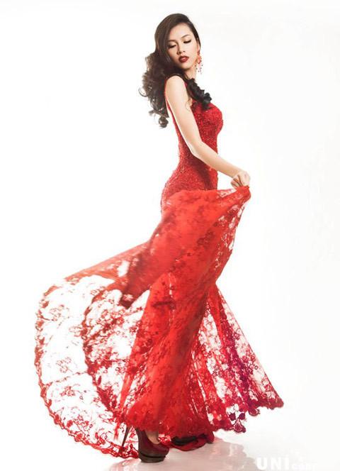 Trang phục thể hiện cá tính độc lập, mạnh mẽ. Màu đỏ được lựa chọn nhằm giúp My thêm nữ tính và nổi bật trên sân khấu.