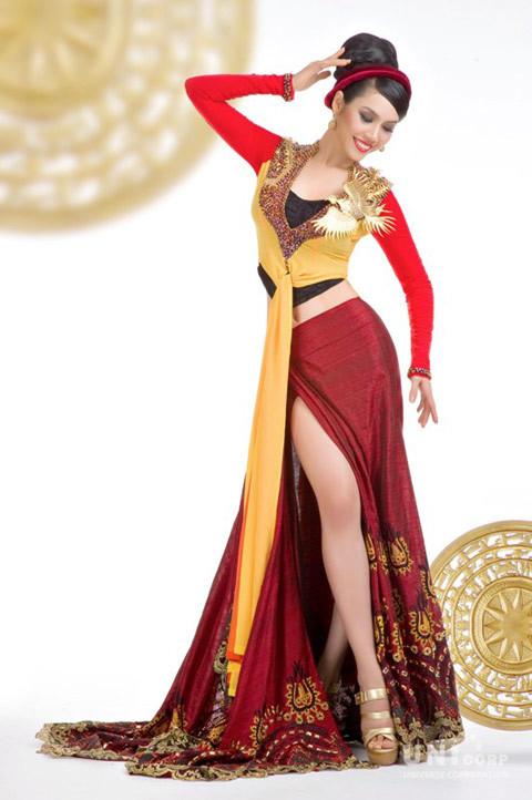 """Bộ trang phục mang tên """" Tinh Hoa Việt """" với 2 màu chủ đạo là đỏ và vàng, được thiết kế phá cách rất táo bạo dựa trên sự kết hợp giữa nghệ thuật thêu tay truyền thống và các chất liệu lụa mới nhất"""