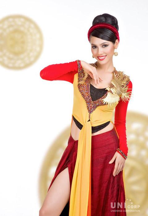 Phần thân áo đước đính rất nhiều loại đá ngũ sắc tượng trưng cho Kim , Mộc, Thủy , Hoả, Thổ mà nổi bật trên áo là hình ảnh chim phượng được dát vàng rực rỡ thể hiện sự sang trọng, dịu dàng, thanh nhã