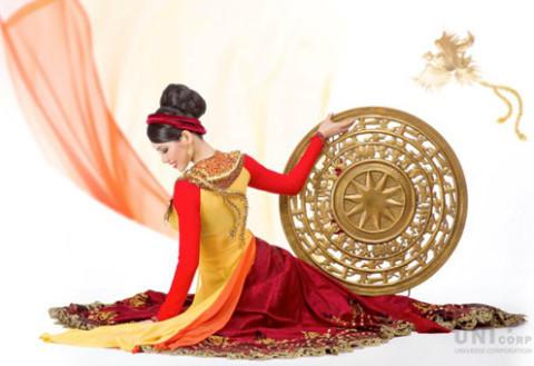 ... với sự hỗ trợ của chuyên gia trang điểm Phước Lợi, đạo diễn Vô Thường và chuyên gia đồ họa Zay Zhang.