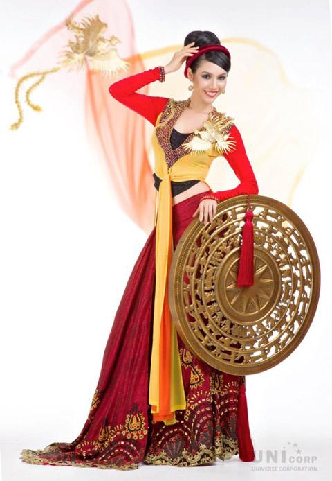 Áo tứ thân vốn nổi tiếng là nhiều tà, mớ ba mớ bảy nhưng nhà thiết kế Thuận Việt đã khéo léo để người đẹp khoe vòng eo thon và đôi chân dài.