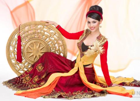 Trang phục này sẽ tham dự phần thi Trang phục dân tộc tại Miss Universe 2011.