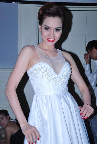 Váy xòe trắng trên chất liệu lụa, được trang trí bằng những viên ngọc trai, tạo nên vẻ đẹp trong sáng cho Trang Nhung.