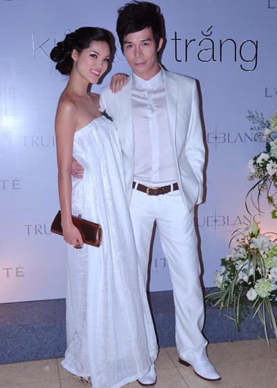 Người mẫu Isaben Du khoe bờ vai trần bên Nathan Lee (phải).