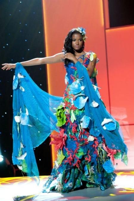Leila Lopes với trang phục dân tộc trong phần giới thiệu các thí sinh của Miss Universe 2011.