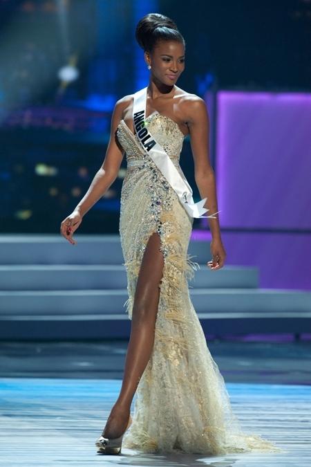 Tân Hoa hậu Hoàn vũ có chiều cao 1,79m. Trước Miss Universe 2011, cô từng đoạt danh hiệu Miss Angola 2011 và Miss Angola tại Anh 2011.
