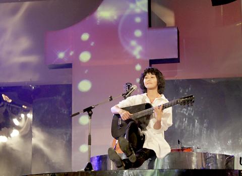 Lê Cát Trọng Lý vừa hát vừa đàn, vừa làm người dẫn chương trình, cuốn khán giả vào những câu chuyện cảm được kể bằng cảm xúc âm nhạc.