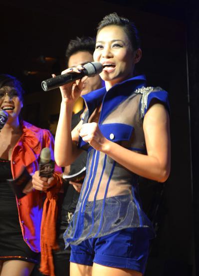 Nữ Hoàng dancesports Thu Minh mặc áo xuyên thấu. Cô cũng nhảy sung không kém gì Hồ Ngọc Hà trong các ca khúc sôi động: 'Đường cong', 'Taxi'...