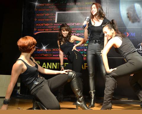 Hồ Ngọc Hà góp mặt trong chương trình bằng một ca khúc nhạc dance.