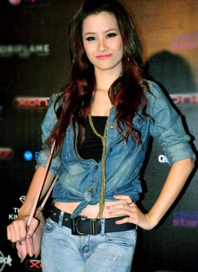 Ca sĩ Đông Nhi năng động với bộ trang phục jean.