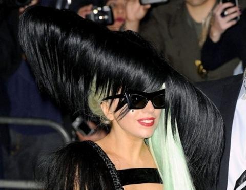 Cận cảnh chiếc mũ kết từ tóc rất to và dài của Gaga.