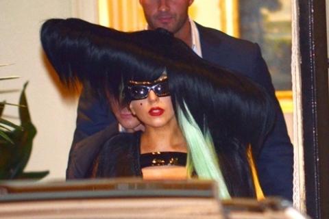 Trên nền tóc đen, một lọn tóc xanh dài là điểm nhấn của bộ trang phục.