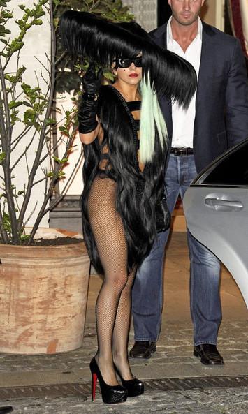 Bộ đồ làm bằng nhiều mảng tóc đen dài ghép lại, buông rủ trên người nữ ca sĩ.