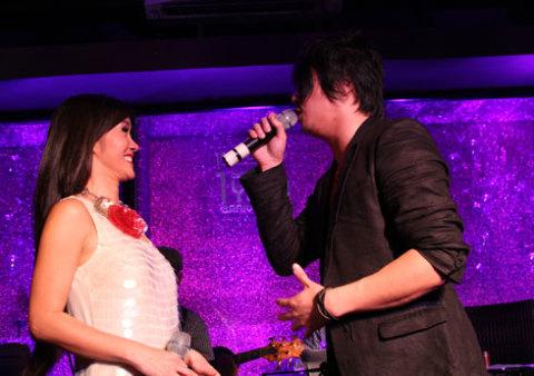 Sau đó, Bống có màn song ca một ca khúc tiếng Anh cùng chàng ca sĩ top 10 Astralia Idol.