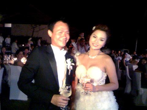 Cô dâu và chú rể tươi cười hạnh phúc. Ảnh: D.L.