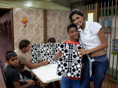 Ivian Sarcos trong một hoạt động từ thiện trước khi tham dự Miss World 2011.