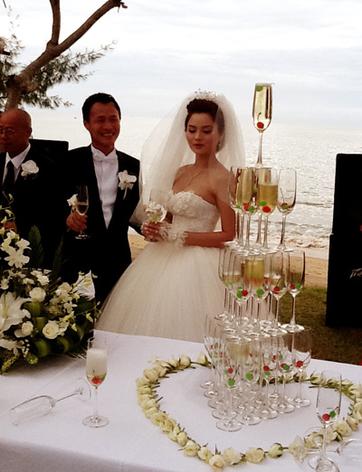 Sau khi kết thúc nghi lễ trao nhẫn cưới, cả hai nâng ly mời quan khách.