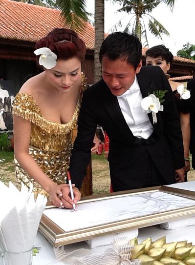 Trước đó, họ cùng nhau ký tên vào tấm bảng lưu niệm chữ ký chúc mừng của khách mời.