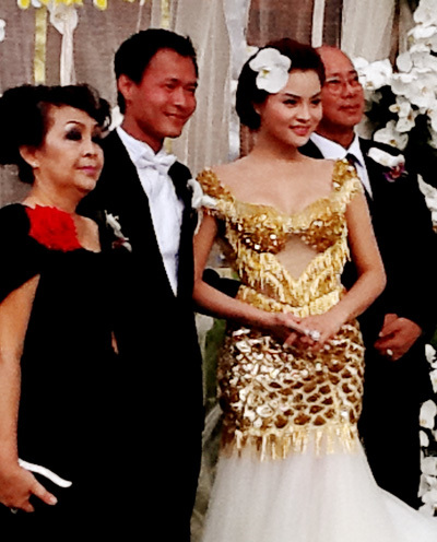 Chú rể Trần Thanh Hải cùng cô dâu và các thân phụ của họ.