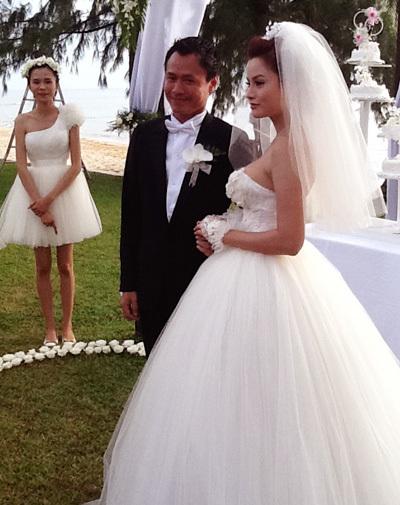 Cô dâu xuất hiện với chiếc váy màu trắng tinh khôi, và nụ cười rạng rỡ.