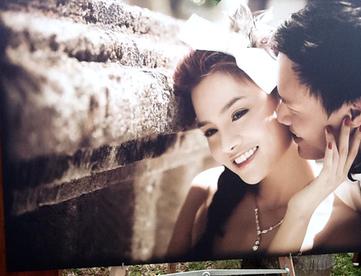 Những bức ảnh cưới, được trưng bày xung quanh buổi tiệc để khách mời ngắm.