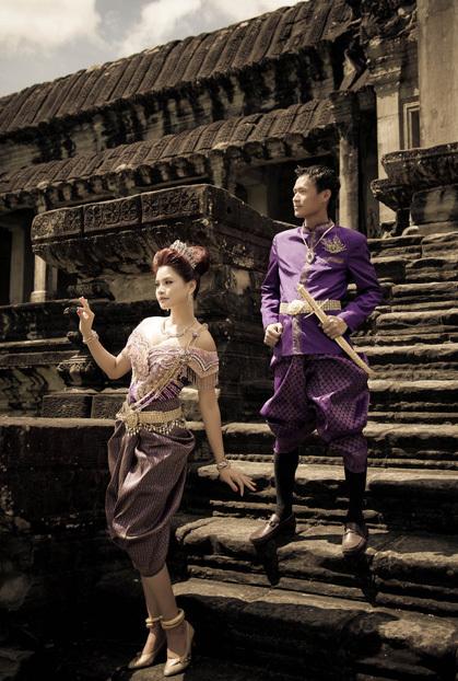 Ngoài bộ ảnh cưới chụp tại Di sản thế giới của vương quốc Campuchia, vợ chồng siêu mẫu còn thực hiện một bộ ảnh ở Bali, Indonesia, cũng do ê kíp của nhiếp ảnh gia Thành Nguyễn thực hiện.