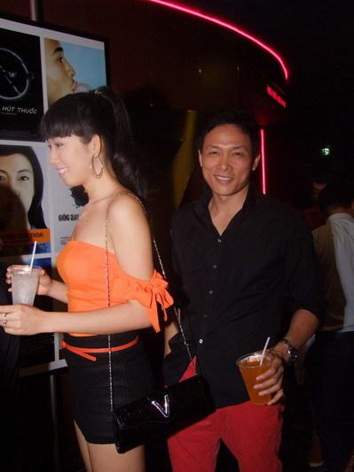 Cả hai tỏ ra rất thân thiết, tình tứ. Dường như sau cuộc tình với siêu mẫu Phương Mai, chàng đạo diễn đa tình đã tìm thấy
