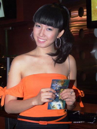 Cô gái trẻ đi cùng Ngô Quang Hải cũng quyến rũ, bốc lửa như siêu mẫu Phương Mai. Danh tính cô gái này vẫn chưa được tiết lộ.