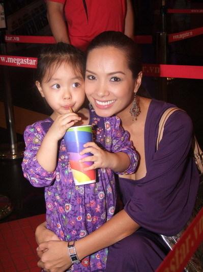 Cựu người mẫu Thúy Hạnh đi xem phim cùng con gái yêu. Hai mẹ con cô mặc tông màu tím.
