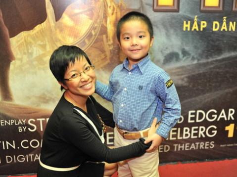 MC Thảo Vân đi cùng con trai.