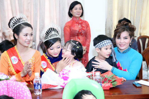 Tối 11/12, bà Kim Hồng đã sang Mỹ làm giám khảo cuộc thi Hoa hậu Quý bà Thế giới.