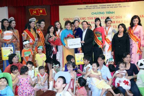 Thay mặt BTC, các thí sinh và các Mạnh Thường Quân, Hoa hậu Đoàn Thị Kim Hồng đã trao tặng trung tâm số tiền là 50 triệu đồng, cùng số quà trị giá 20 triệu đồng gồm mì tôm, bánh kẹo, gạo…