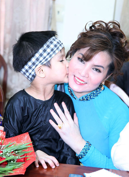 Hoa hậu Kim Hồng đón nhận tình cảm của các em.