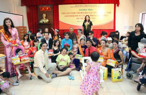 Các em nhỏ thích thú nhảy múa khi nghe bài hát của cuộc thi Hoa hậu các dân tộc Việt Nam.